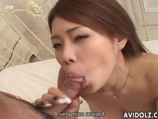 Азиатка делает глубокий минет большого члена