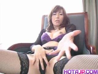 Азиатка в чулках дрочит