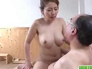 Азиатка в сауне