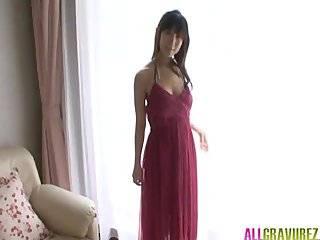 Азиатка демонстрирует свои дойки