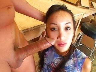 Азиатка дает в жопу