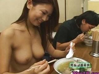Азиатка в говне