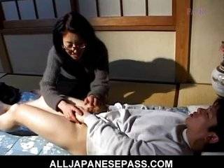 Азиатки избивают мужика