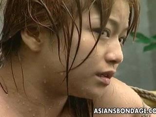 Азиатка засовывает в себя шланг с водой