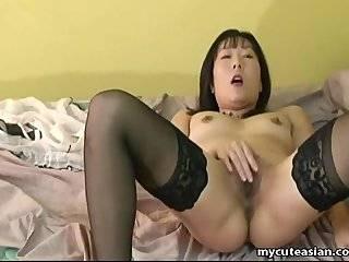 Азиатка дрочит об стол
