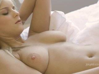 Азиатка доводит себя до множественного оргазма