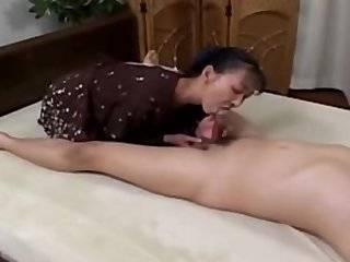 Азиатка глотающая сперму